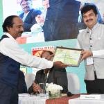 Mr. Kannan Krishnamurthy offering the participation certificate to Mr. Manish Daga