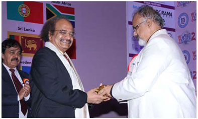Mr. Arvind Sinha is honouring Padmashri Dr. G.D. Yadav, Vice Chancellor, ICT