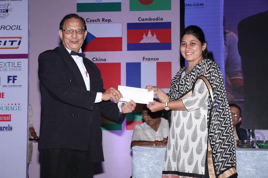 Pallavi Badhe (ICT) receiving award by Dr. Kim Gandhi