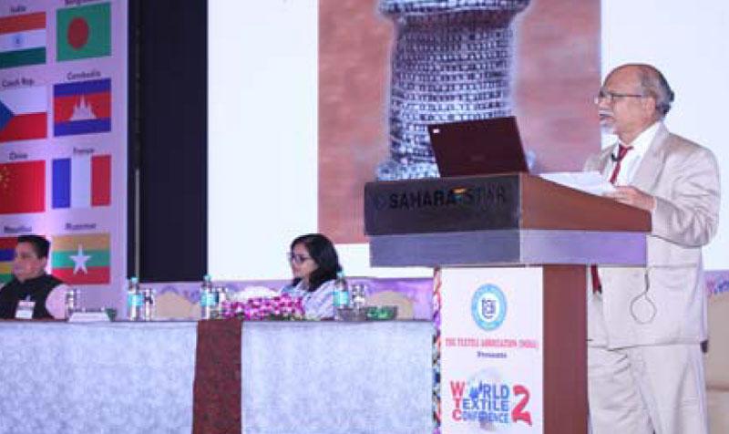 Shri Sharad Kale presenting his paper